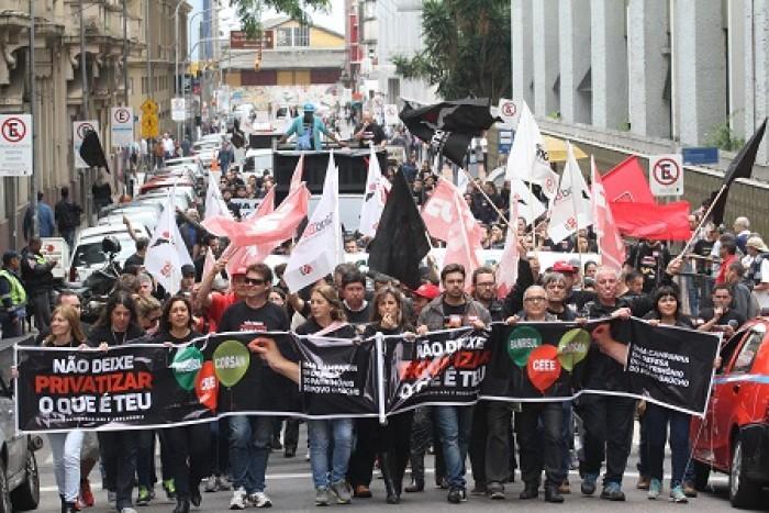 bancarios-em-greve-participam-de-ato-em-defesa-do-banrisul_f63defdda41f4afc9e0ae2db45fede54
