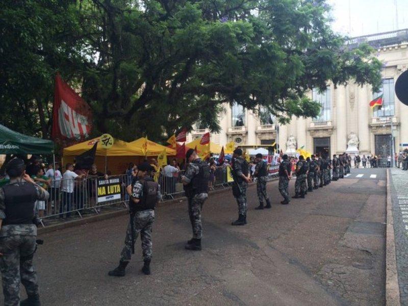 Policiais bloqueiam