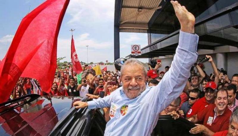Lula saudando