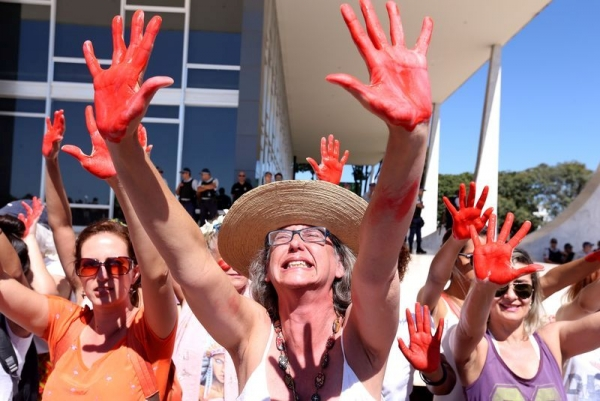 Mulheres com mãos vermelhas