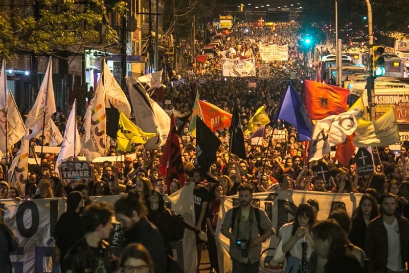 31/08/2016 - PORTO ALEGRE, RS - Primeiro ato contra Michel Temer e o golpe após o impeachment de Dilma. Sede do PMDB foi queimado e polícia revidou com bombas de gás. Foto: Guilherme Santos/Sul21