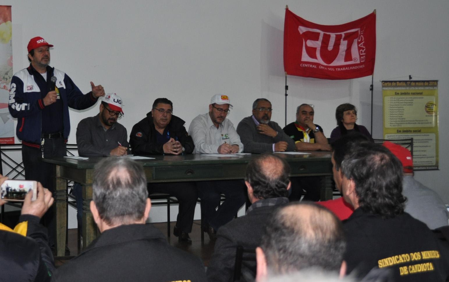 """8f7a8e046 """"A história é implacável com quem se acovarda"""", afirmou o presidente da  CUT-RS, Claudir Nespolo, durante a plenária unificada das centrais sindicais,  ..."""