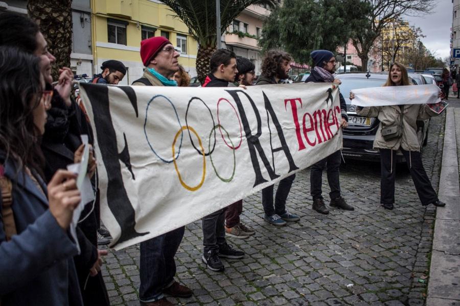 10.01.2017: LISBOA, PORTUGAL - Manifestantes protestam em frente ao hotel de Michel Temer em Lisboa. Foto: Joana Berwanger/Sul21
