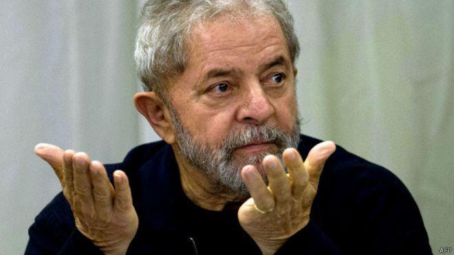 Lula de mãos abertas