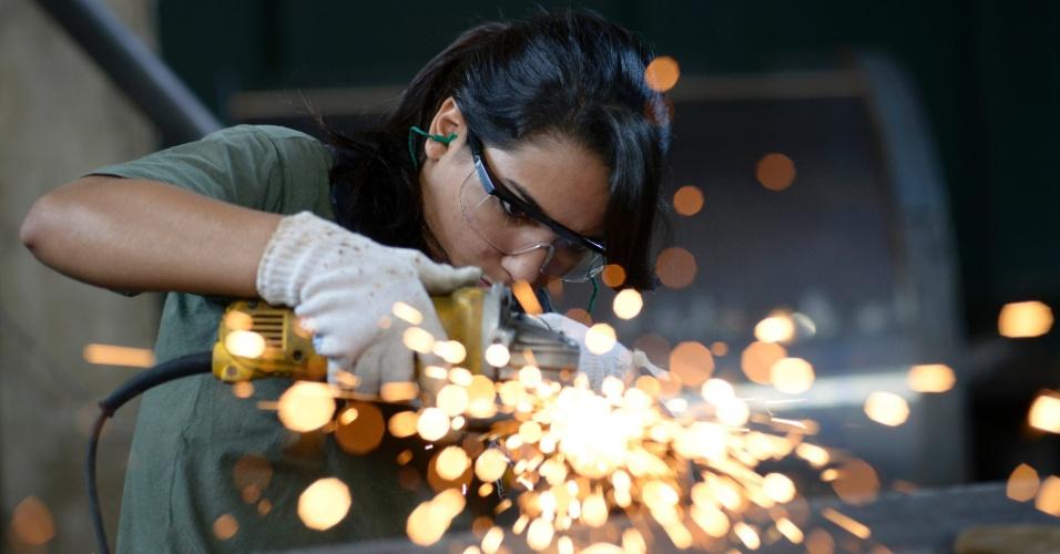fabrica-de-equipamentos-industriais-dimensao-maquinas-em-trindade-go-onde-mulheres-trabalham-como-operarias-1385752974419_956x500