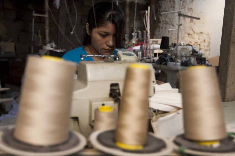 Mulhere na fábrica