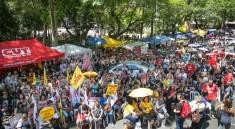 08/12/2016 - PORTO ALEGRE, RS - CPERS realiza assembleia na praça da matriz e decide entrar em greve. Foto: Guilherme Santos/Sul21