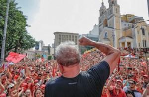 Lula com braço erguido