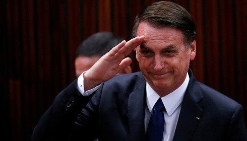 Bolsonaro batendo continência