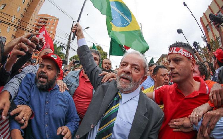 Lula com bandeira
