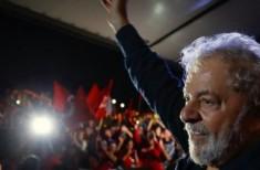 Lula com mão levantada