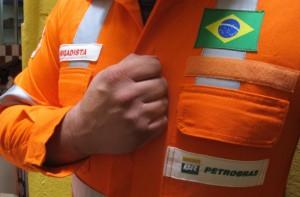 Petroleiro com mão no peito