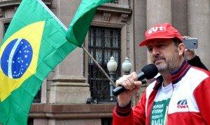 Claudir com bandeira