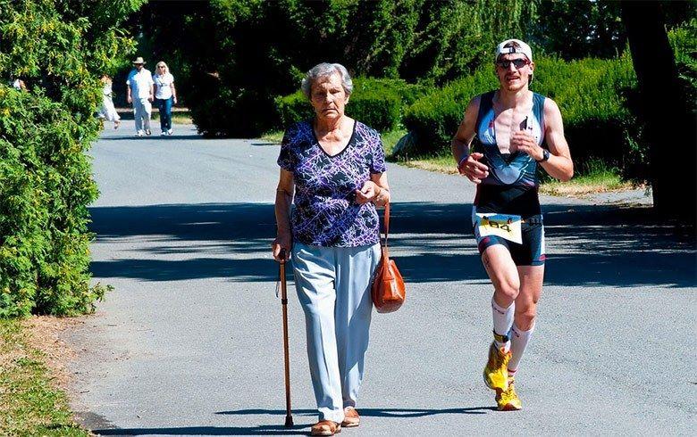 Avó caminhando