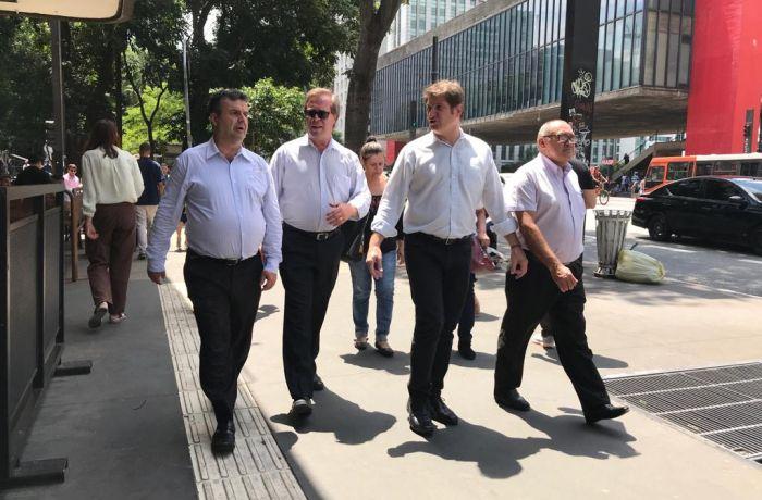 Homens caminhando