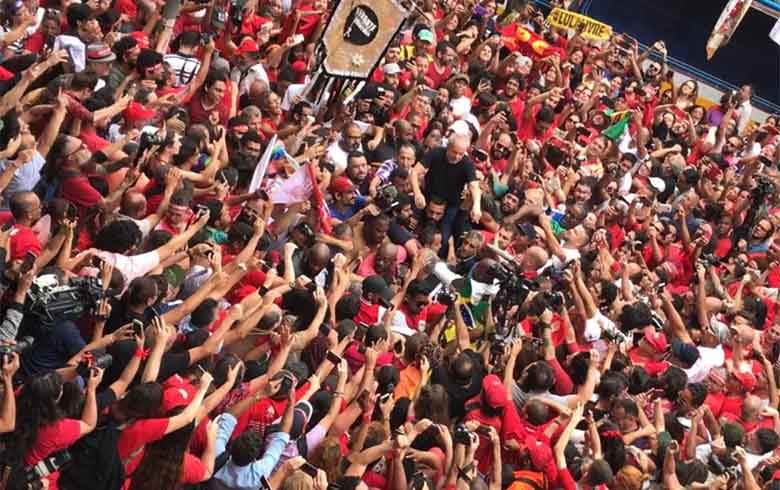 Lula nos braços do povo1