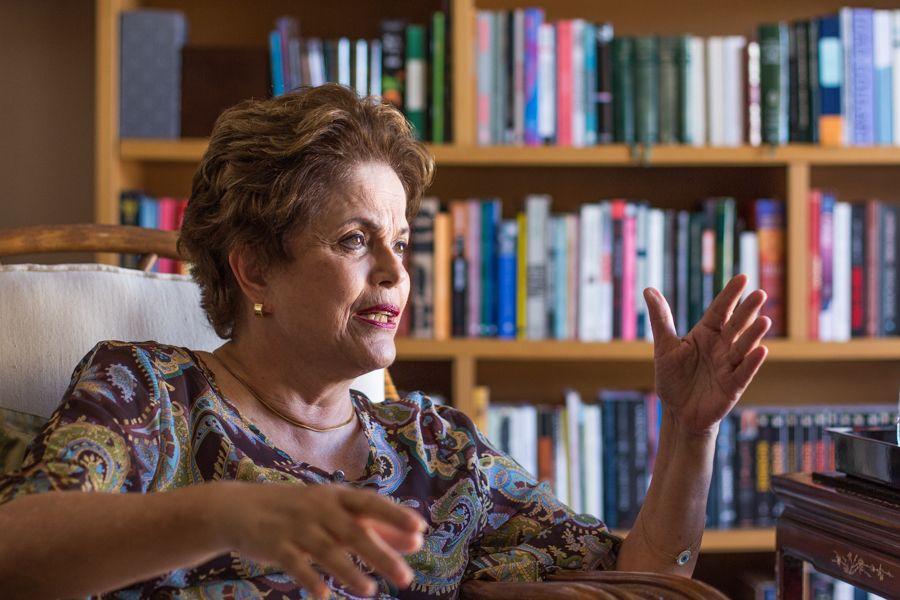 Dilma com livros