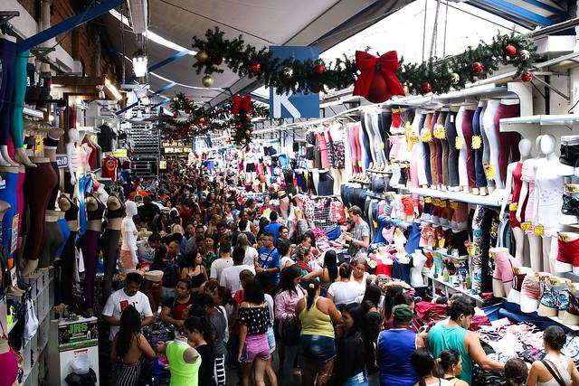 Movimento do comércio popular no Brás no mês do Natal.
