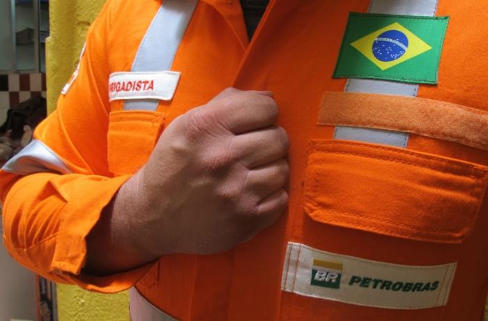 Petroleiro com mão no peito1