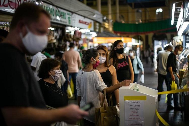 Mercado com máscara