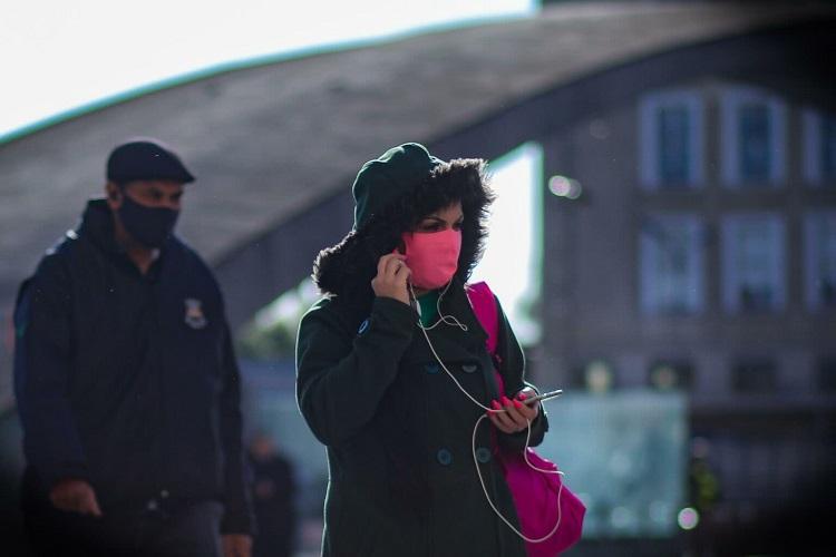 Mulhere de máscara