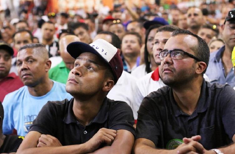 Trabalhadores olhando
