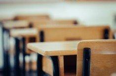 Escola com bancos vazios