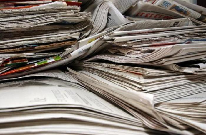 Jornais amontoados