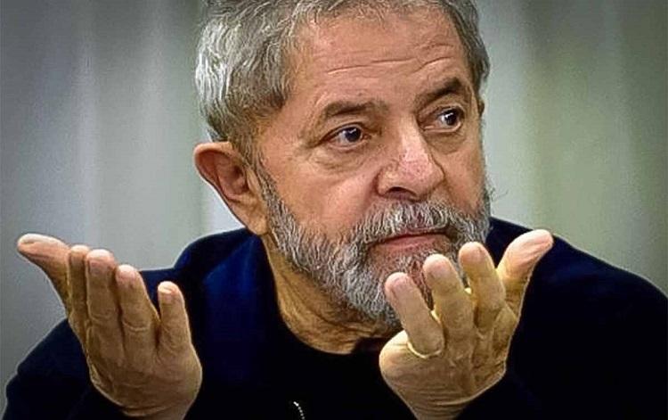 Lula com mãos abertas