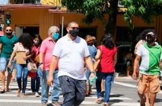 Pessoas de máscara