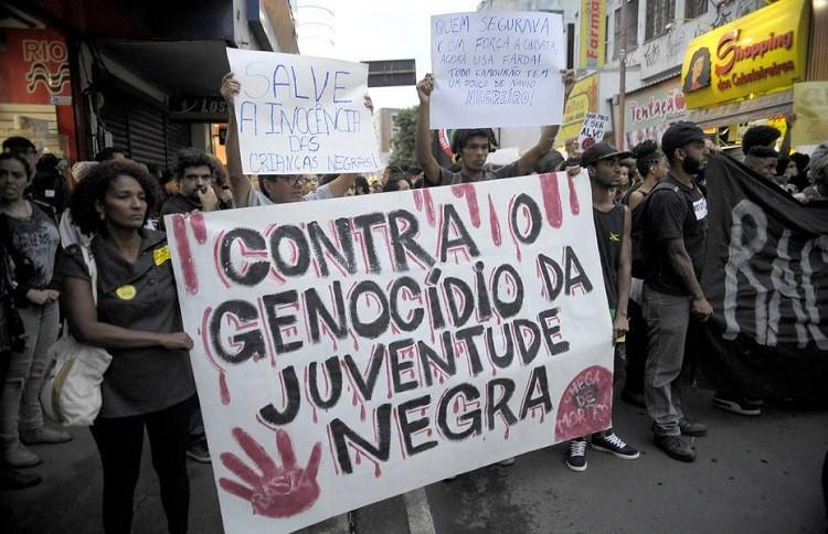 Manifestantes protestam contra morte de jovens negros no Rio