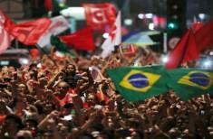 Mobilização com bandeira do Brasil