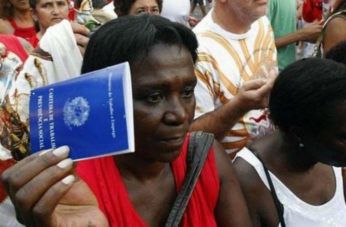 Mulher negra com carteira