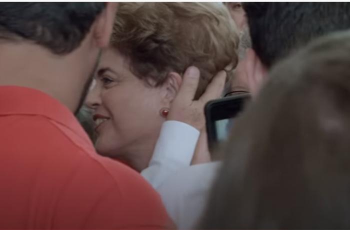 Dilma abraçada