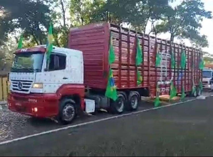 caminhão embandeirado