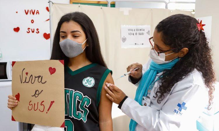 Adolescente vacinada